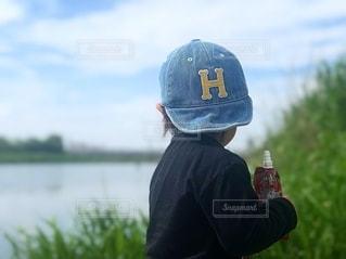 川沿いに立っている女の子の写真・画像素材[3213006]