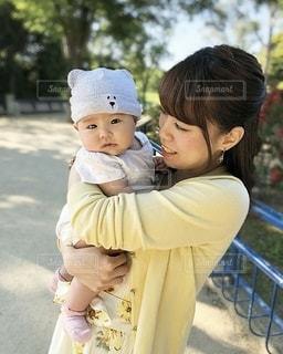 赤ちゃんを抱っこしている女性の写真・画像素材[3213170]