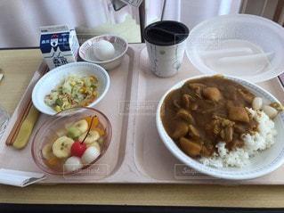 テーブルの上に食べ物を1杯入れるの写真・画像素材[3213497]