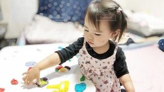 ねんどで遊ぶ女の子の写真・画像素材[3218583]