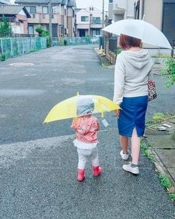 傘を持っている親子の写真・画像素材[3251429]
