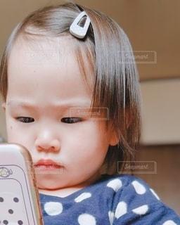 スマホで写真を撮りたい女の子の写真・画像素材[3252430]