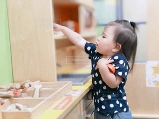 お料理をしている小さな女の子の写真・画像素材[3252493]