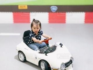 車を運転する女の子の写真・画像素材[3252504]