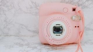 ピンクのインスタントカメラの写真・画像素材[3274497]