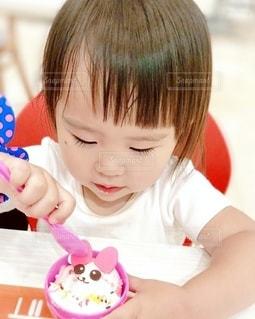 テーブルの上に座っている小さな子供の写真・画像素材[3297454]