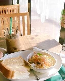 食べ物の皿をテーブルの上に置くの写真・画像素材[3469656]