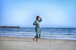 浜辺に立っている女の写真・画像素材[3153169]