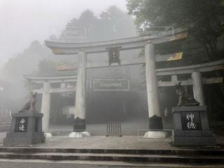 霧の中の神社の写真・画像素材[3451981]