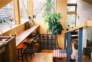 窓の前にダイニングルームのテーブルの写真・画像素材[3134588]