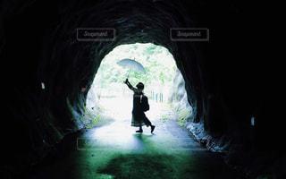 トンネル内の女の子の写真・画像素材[3134686]