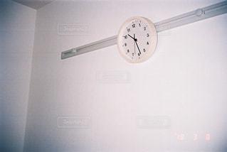 側面に取り付けられた大きな時計の写真・画像素材[3134689]