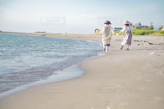 砂浜を走る2人の写真・画像素材[3134776]