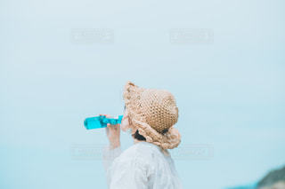ラムネを飲む女の子の写真・画像素材[3304906]