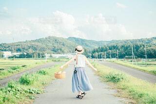 農道と女の子の写真・画像素材[3658949]