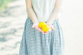 レモンを持っての写真・画像素材[3658955]