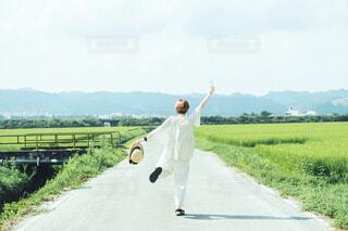 ラムネと農道と女の子の写真・画像素材[3658950]