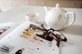雑誌を読みながら紅茶を一杯の写真・画像素材[3384992]