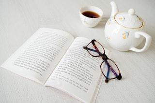 テーブルの上の本の写真・画像素材[3384991]