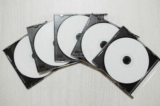 テーブルの上のCDディスクの写真・画像素材[3386619]