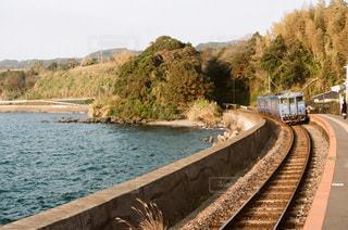 海岸沿いを走る列車の写真・画像素材[3392435]