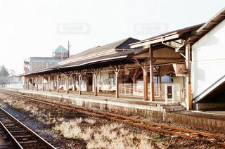 線路と駅舎の写真・画像素材[3392437]