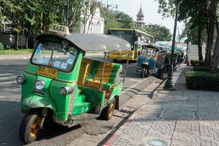 駐車している緑色のトゥクトゥクの写真・画像素材[3392482]