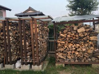 薪棚の薪の写真・画像素材[3135674]