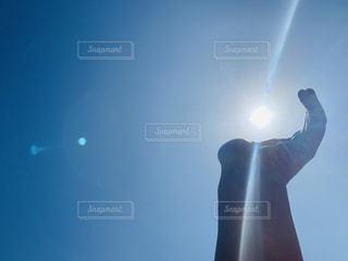 空を飛んでいる人の写真・画像素材[3137751]