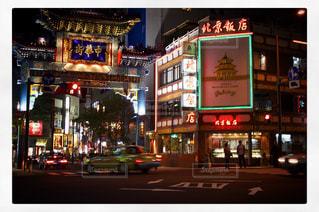 夜に明るくした街の写真・画像素材[3138802]