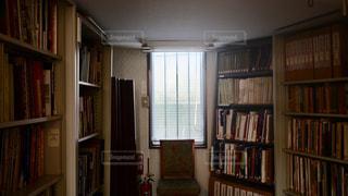 家具と本棚でいっぱいの部屋の写真・画像素材[3152189]