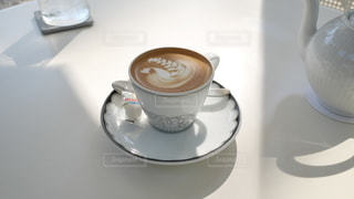 テーブルの上にコーヒーを一杯入れるの写真・画像素材[3396085]
