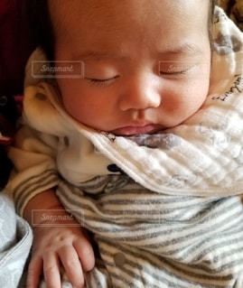赤ちゃんを抱いている人の写真・画像素材[3144300]