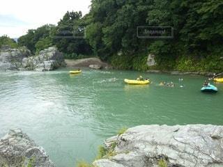 岩の上に座っている黄色いボートの写真・画像素材[3155948]