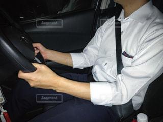 車に座っている男の写真・画像素材[3331960]