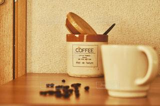 壁際のコーヒーの写真・画像素材[3175838]