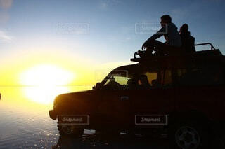 ウユニ塩湖の車の写真・画像素材[3778464]
