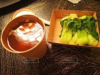 テーブルの上に座っている食べ物のボウルの写真・画像素材[3197943]