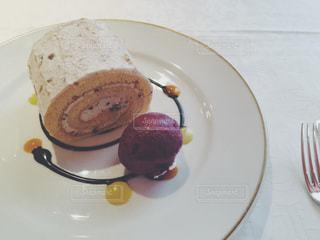 白い皿の上のデザートの写真・画像素材[3149131]