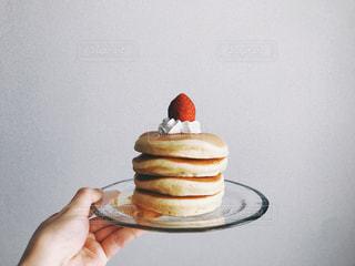 テーブルの上に座っているケーキの写真・画像素材[3150150]