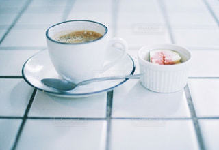 テーブルの上にコーヒーを一杯入れるの写真・画像素材[3150269]