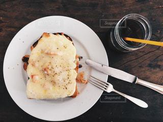 フォーク付きの食べ物の皿の写真・画像素材[3152346]