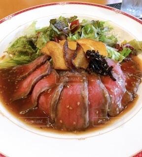 肉と野菜の食べ物の皿の写真・画像素材[3713827]