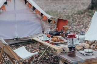 木製のテーブルの上のテントの写真・画像素材[3230116]