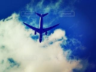 青空を飛行する旅客機の写真・画像素材[4014932]