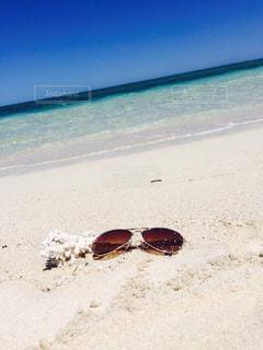 サングラスとホワイトビーチの写真・画像素材[3255746]