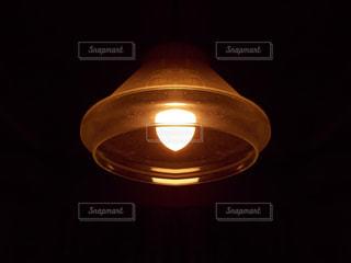 暗い部屋の中のランプの写真・画像素材[3217319]