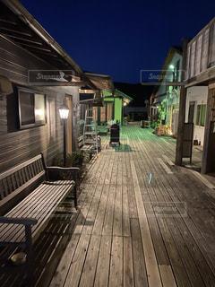 夜の木製ベンチの写真・画像素材[3154774]