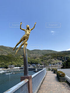 橋と女の像の写真・画像素材[3154780]