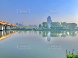 朝もやの河原の写真・画像素材[3157511]